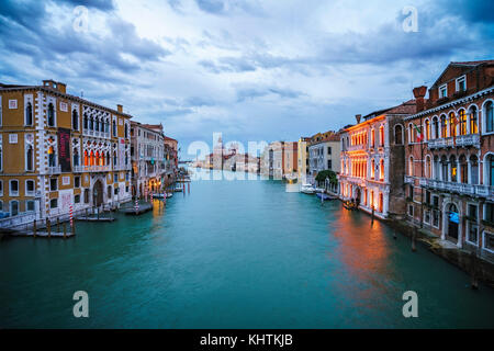 Vista dal Ponte dell'Accademia su barche e le gondole del Canal Grande di Venezia in un giorno nuvoloso nel blu Foto Stock