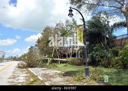 Miami beach, fl - 12 settembre: (esclusiva copertura) residenti aspettato ore per arrivare sulla strada rialzata Foto Stock