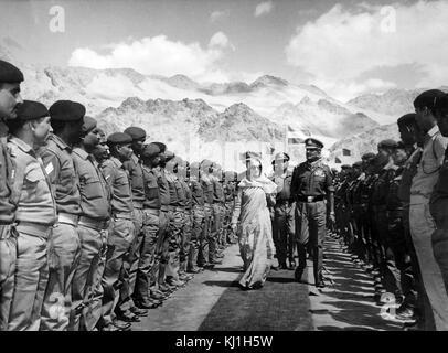 Primo Ministro indiano Indira Gandhi, rivedendo i soldati in 1980. Indira Gandhi (1917 - 1984), uomo politico indiano Foto Stock