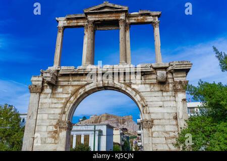 Atene, Grecia l'Arco di Adriano vista giorno. antico gateway in marmo con colonne corinzie e vista sullo sfondo Foto Stock