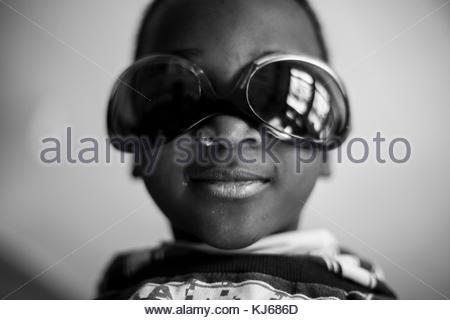 Ragazzino con occhiali da sole Foto Stock
