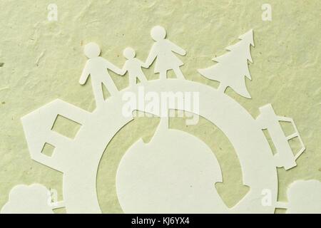 Carta tagliata della famiglia con home, alberi, auto - concetto di ecologia Foto Stock