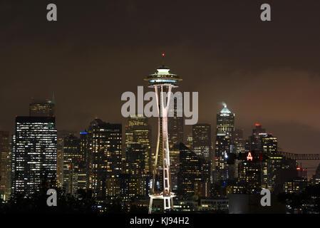 Il crepuscolo della sera city scape di skyline di Seattle Space Needle di notte con luci Foto Stock