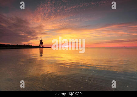 Mandria groyne faro a south shields alla foce del fiume Tyne, su una mattina estati come il cielo irrompe con colore. Foto Stock