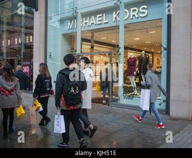81006ba02c ... vendita borse Michael Kors per donna; Persone che passano le vetrine  del business retail negozi di moda nel centro della citta'