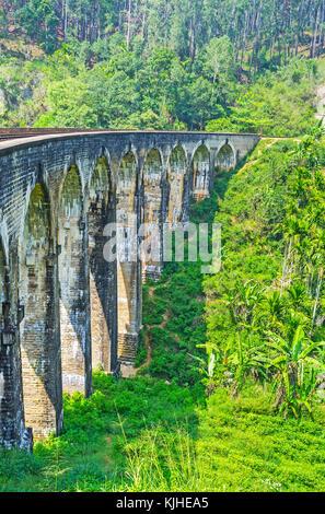 Gli alti archi tra le più pittoresche costruzioni ferroviarie in Sri Lanka highlands - le nove ponte di arco, demodara, ella.