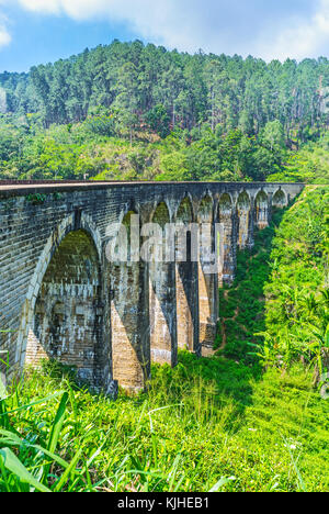 Nove ponte di arco è famosa destinazione in demodara, turisti per godere della sua architettura e natura delle highlands, ella, sri lanka.