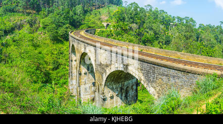 Panorama della curva di nove ponte di arco in demodara e la lussureggiante foresta intorno ad esso, ella, sri lanka.