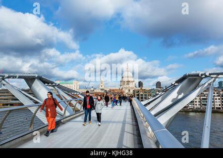 Vista sul Millennium Bridge e il fiume Tamigi verso la Cattedrale di St Paul, Londra, Inghilterra, Regno Unito Foto Stock