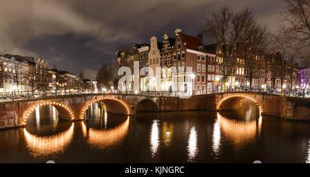 Bella scena notturna ad Amsterdam Keizersgracht e leidsegracht con ponti illuminati in inverno. Questo spot è una famosa foto-posizione.
