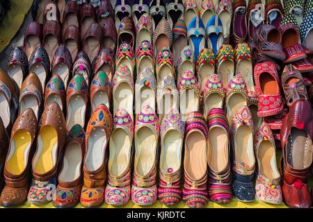 Colorate scarpe etniche al mercato in India Foto Stock
