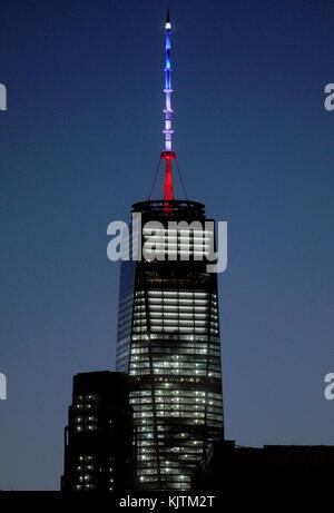 New york, ny - novembre 14: Empire State building scuro, world trade center accesi in bandiera francese colori. Foto Stock