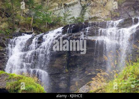 Cascata paesaggio di montagna, cascate nella giungla in sfondo naturale.