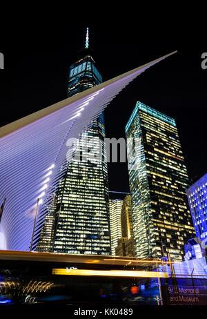 World Trade Center Hub di trasporto da Santiago Calatrava e costruzione di One World Trade Center sul retro, New York Foto Stock