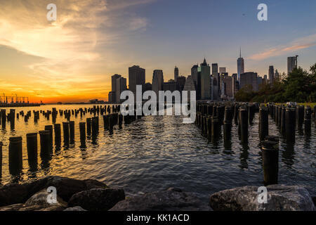 Skyline di New York Cityscape abbassare Manhatten World Trade Center libertà a Torre del Ponte di Brooklyn Park Foto Stock