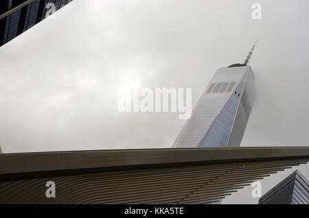 La One World Trade Center a Ground Zero con l'occhio Hub di trasporto in primo piano su un nebbioso giorno. Foto Stock