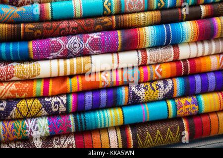 Tessuti colorati per la vendita, il mercato di Otavalo, Otavalo, Ecuador America del Sud Foto Stock
