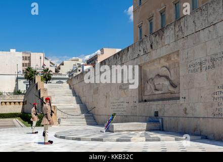 Evzones (guardia presidenziale) custodisce la tomba del milite ignoto di fronte al parlamento greco edificio, Piazza Foto Stock