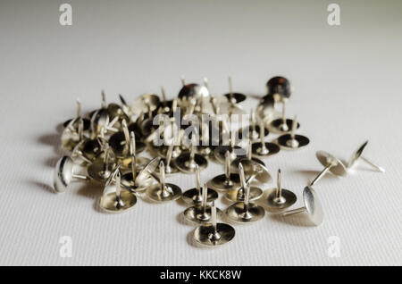 Un Studio fotografia di un argento puntine da disegno Foto Stock
