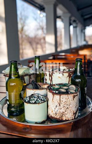 Area ristorante a tamboti campeggio di lusso, onguma Game Reserve, Namibia, Africa Foto Stock