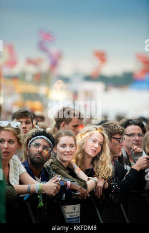 George esdra fans in mezzo alla folla all'altro stadio a Glastonbury 2017 Foto Stock