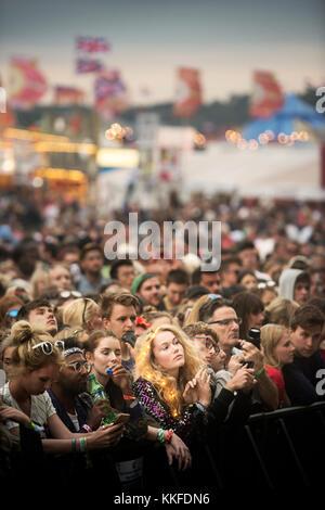 George esdra fans in mezzo alla folla all'altro stadio a Glastonbury 2017 Foto Stock