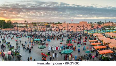 Il Marocco, Marrakech-Safi (Marrakesh-Tensift-El Haouz) regione, Marrakech. Jamaa El-Fná square al tramonto. Foto Stock