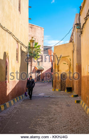 Il Marocco, Marrakech-Safi (Marrakesh-Tensift-El Haouz) regione, Marrakech. Un uomo cammina attraverso un vicolo Foto Stock