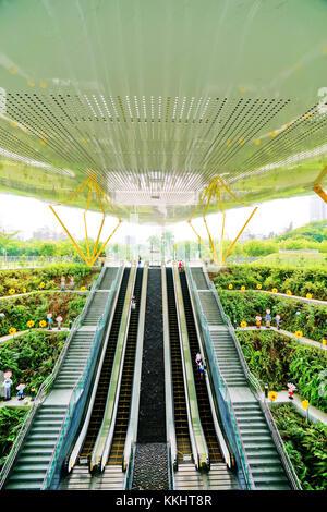 Kaohsiung, Taiwan - 13 maggio 2016: vista della moderna stazione della metropolitana in Kaohsiung Taiwan il 13 maggio Foto Stock