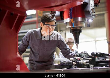 Fiducioso ingegnere cinese a lavorare in fabbrica Foto Stock