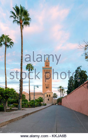 Il Marocco, Marrakech-Safi (Marrakesh-Tensift-El Haouz) regione, Marrakech. Xii secolo Moschea Koutoubia al sunrise. Foto Stock