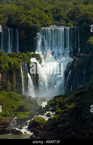 Turisti sulla passerella sopra le Cascate di Iguazu, Argentina, visto dal lato del Brasile, Sud America