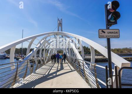 Passerella mobile in acciaio sopra il canale portuale della foce del fiume Slupia a Ustka - piccola città costiera del Mar Baltico, Voivodato Pomeraniano della Polonia Foto Stock