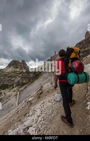 """Di sesto, Dolomiti, Alto Adige, provincia di bolzano, Italia. scalatore sulla via ferrata 'percorso di pace"""" per Foto Stock"""