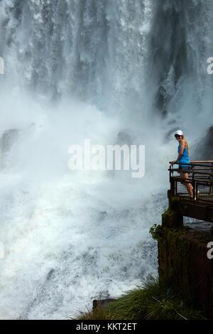 Tourist on Lookout by Iguazu Falls, sul confine con l'Argentina - Brasile, Sud America (modello rilasciato) Foto Stock