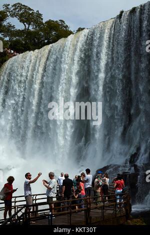 Turisti in osservazione dalle Cascate di Iguazu, sul confine Argentina - Brasile, Sud America Foto Stock