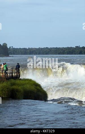 Turisti in osservazione dalla Gola del Diavolo (Garganta del Diablo), Cascate Iguazu, sul confine Argentina - Brasile, Sud America