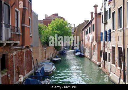 Vista in direzione ovest dal ponte de la Cazziola sul Rio (canale) de la Cazziola Venezia, Italia, Foto Stock