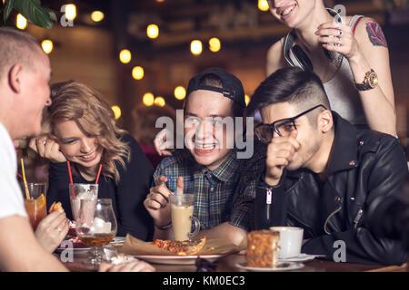 Persone di bere il caffè in cafe concept Foto Stock