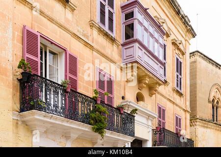 Balconi Piccolissimi : Tradizionali balconi e persiane in stile veneziano edifici di padova