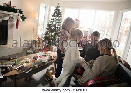 Apertura della famiglia regalo di Natale in salotto Foto Stock