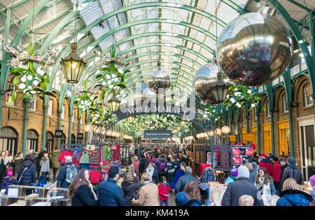 Il Covent Garden Londra Inghilterra people shopping e al tempo libero nel mercato apple negozi ristoranti e caffetterie Covent Garden Londra Inghilterra gb uk europa