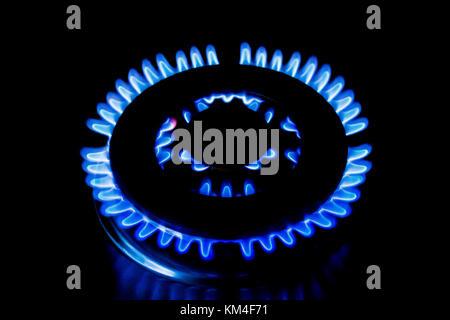 Blue fiamma prodotta da un bruciatore a gas su un fornello a gas Foto Stock