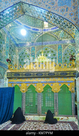 YAZD, IRAN - 17 ottobre 2017: splendidi interni di Shahzade Fazel santo santuario con donne in preghiera davanti Foto Stock
