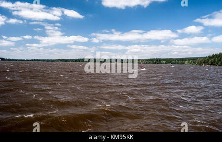 Windy velke darko stagno con wavesm velieri e cielo blu con nuvole sul ceskomoravska vrchovina vicino a Zdar nad Foto Stock
