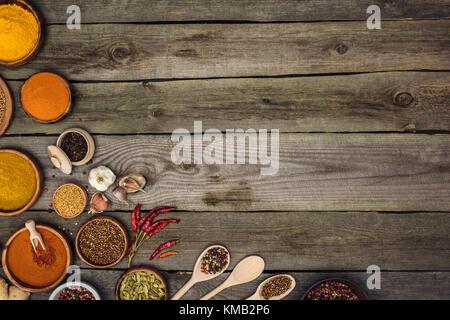 Le spezie in ciotole e cucchiai Foto Stock