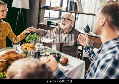 Famiglia pregare prima di cena per le vacanze