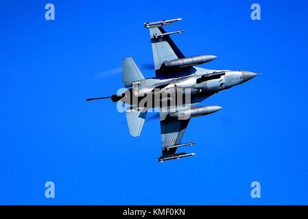 Un aereo polacco forza F-16 Fighting Falcon jet da combattimento aereo sorvola la città di Siauliai air base 30 agosto 2017 nei pressi di Siauliai, Lituania. (Foto di Matteo plew via planetpix) Foto Stock
