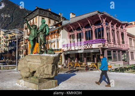 A Chamonix Mont Blanc, Francia, sulle alpi francesi, scene di strada, l'uomo a piedi nella parte anteriore del vecchio Foto Stock