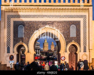 Il Marocco, Fes, il Bab Bou Jeloud (o il Bab Boujeloud; inglese: il Blue Gate) è un cancello che conduce alla vecchia Foto Stock